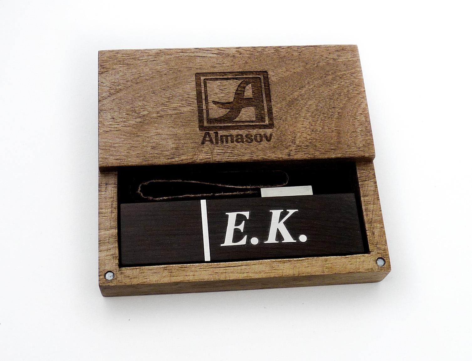 Деревянная флешка с инициалами из серебра в фирменной подарочной коробочке, с эмблемой мастера на крышке