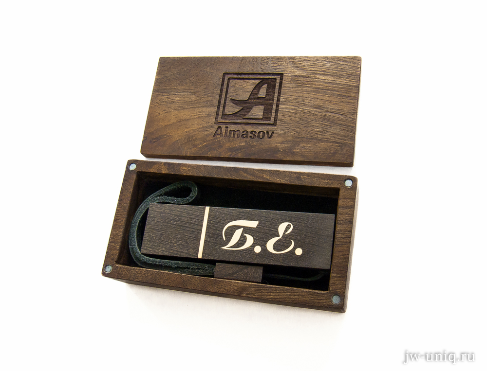 Деревянная флешка с инициалами из золота в фирменной подарочной коробочке, с эмблемой мастера на крышке.