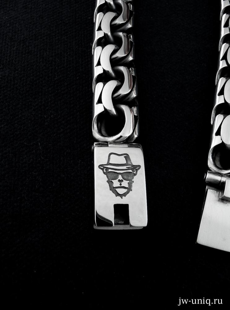 Гравировка на замке серебряного браслета, обезьяна - сыщик